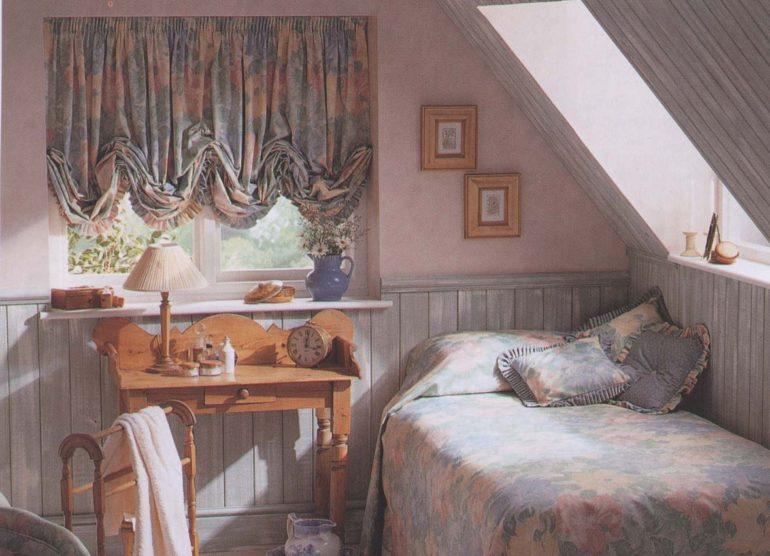На фото показан отличный пример того, как австрийские шторы сочетаются в тканях с покрывалом и подушками. Такой прием объединяет интерьер и делает его стильным