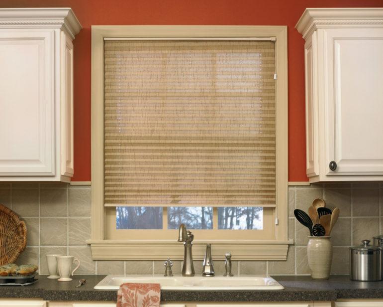 Шторы такого нейтрального цвета впишутся в любой интерьер кухни, а самое главное мелкие загрязнения на них не будут заметны
