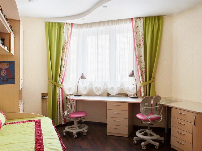 Австрийские шоры будут очень удобны, если письменный стол в детской стоит возле окна