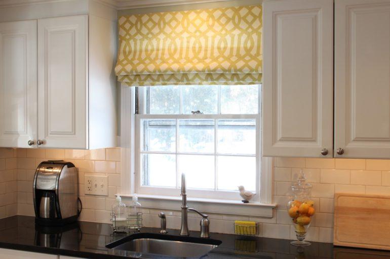 Греческие шторы на кухне станут прекрасным дополнением к светлой мебели
