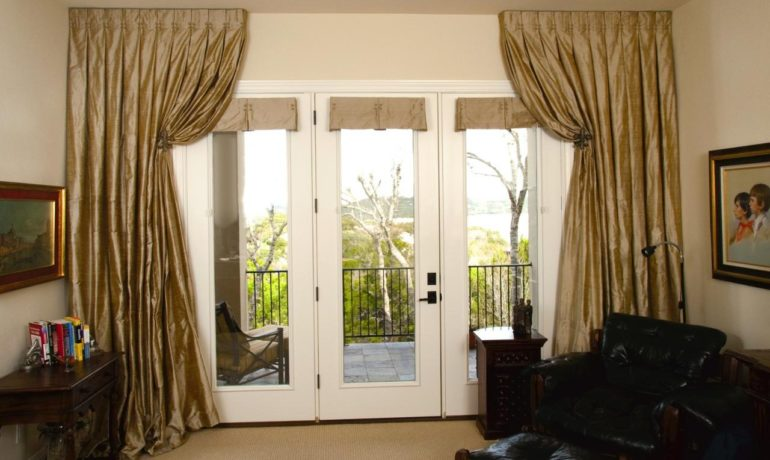 Итальянские шторы в гостиной могут использоваться не только для окон, но и дверей