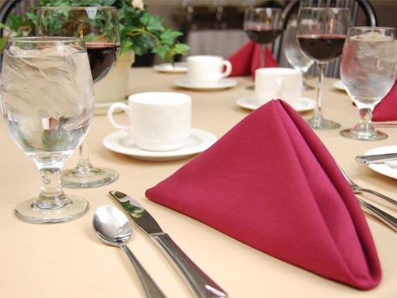 Из габардина шьют не только одежду и шторы, но и красивые украшения на обеденный стол