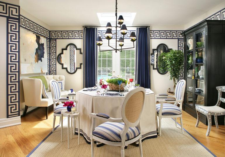 На фото гостиная оформленная в греческом стиле, где шторы соответствуют направлению и отлично вписываются в дизайн