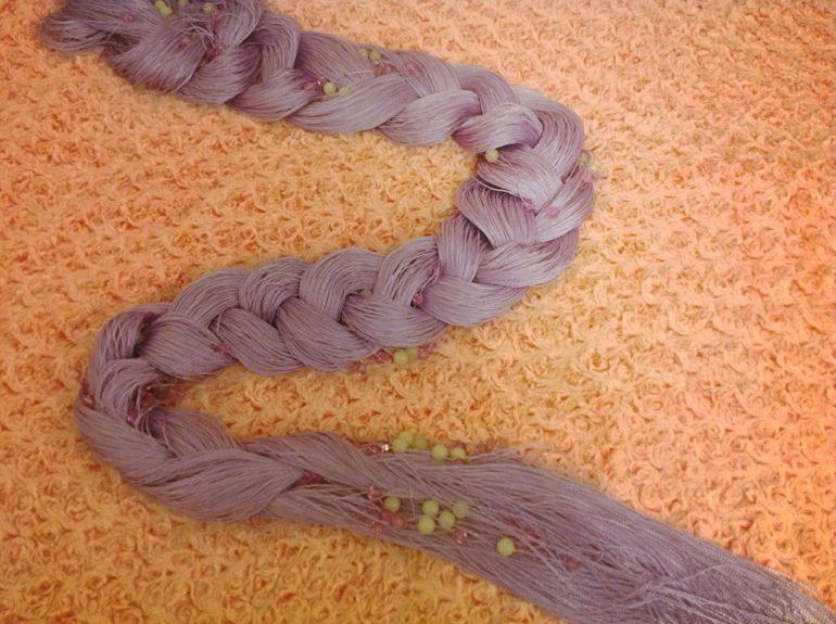 Не туго заплетенная коса из кисеи перед стиркой поможет избежать запутывания нитей