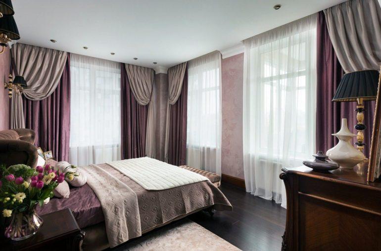 Общая цветовая гамма штор и пастельного белья создает единую, комфортную глазу и психике атмосферу