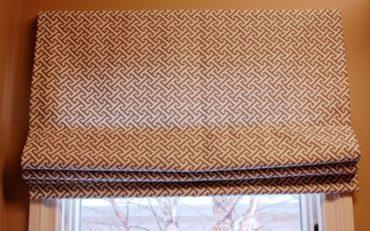 бело-коричневая римская штора