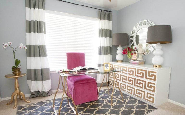 В интерьере на фото присутствует декор в греческом стиле - зеркало и комод с орнаментом
