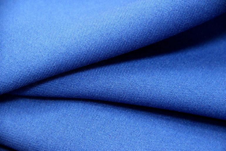 Когда габардиновое полотно соткано их натуральных волокон, то характерные для него рубчики видны невооруженным глазом
