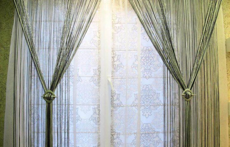 Если кисея висит на дверном проеме, то подхваты в обе стороны облегчат пользование дверью и помогут избежать запутывания штор