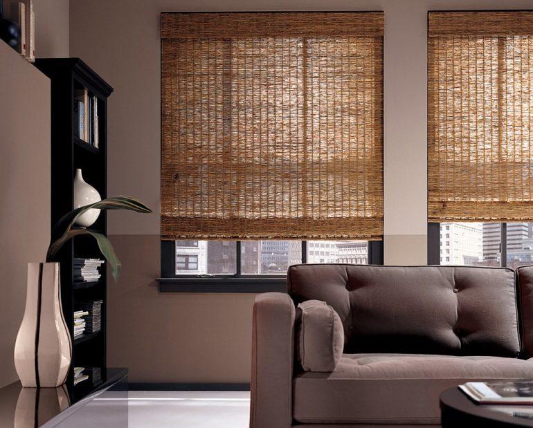 Бамбуковые римские шторы экологичны, просты в уходе и одновременно пропускают лучи солнца и защищают комнату от них же