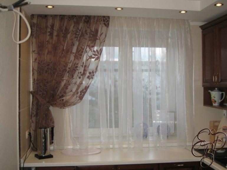 Белая вуаль в тон стола, коричневая в цвет настенных шкафов - так можно объединить весь интерьер в двух цветах
