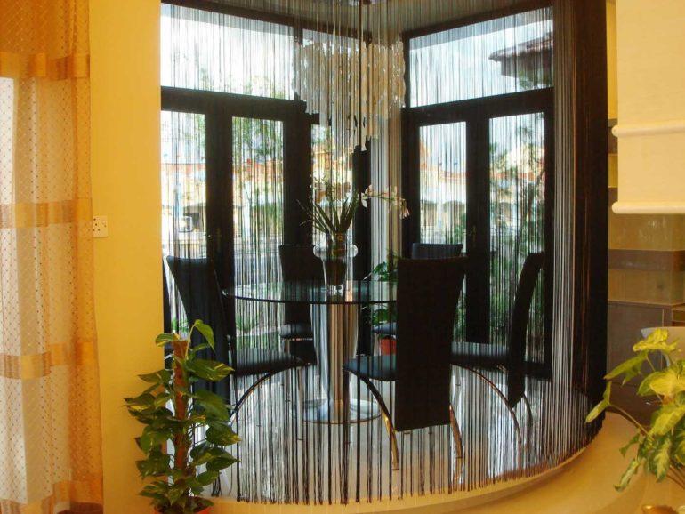 Деление комнату на зоны при помощи нитяных штор не лишает ее площади, но выгодно создает уединенную атмосферу где это необходимо