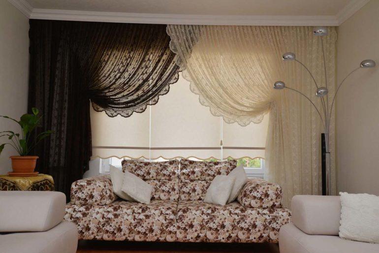 Для затемнения гостиной можно использовать рулонные шторы