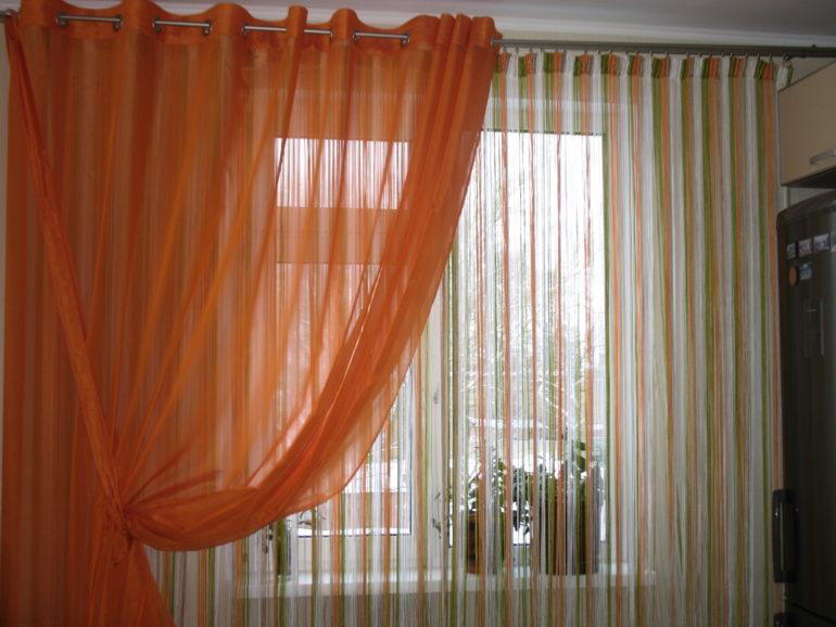 Дополнит оконный декор из нитяных штор полупрозрачный тюль, кроме того она создаст  защитный барьер от посторонних глаз