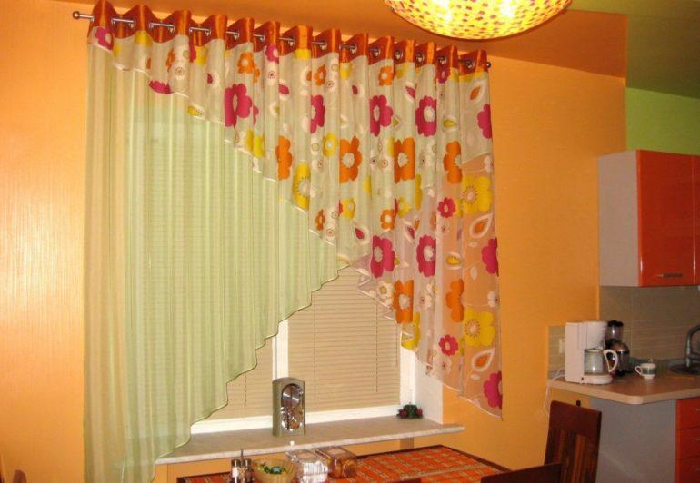 Двойной тюль из однотонной вуали и вуали с рисунком разнообразит скучный интерьер