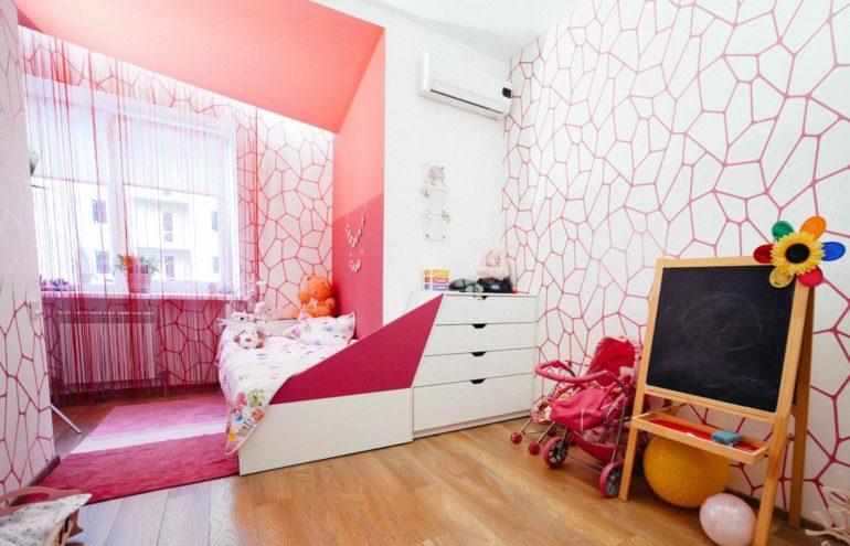 Кисея, выполненная в тон стен и мебели, не перегружает интерьер в отличие от обычных штор или тюля