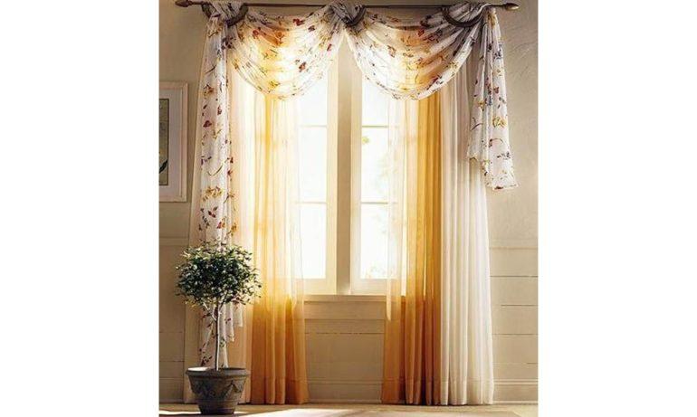 Классические двухцветные занавески можно украсить легким ламбрекеном из другой ткани