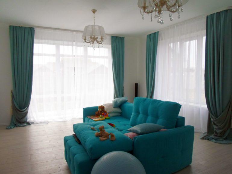 Комбинация ткани в шторах и мебели объединяет интерьер, а софт в детской создает мягкую атмосферу