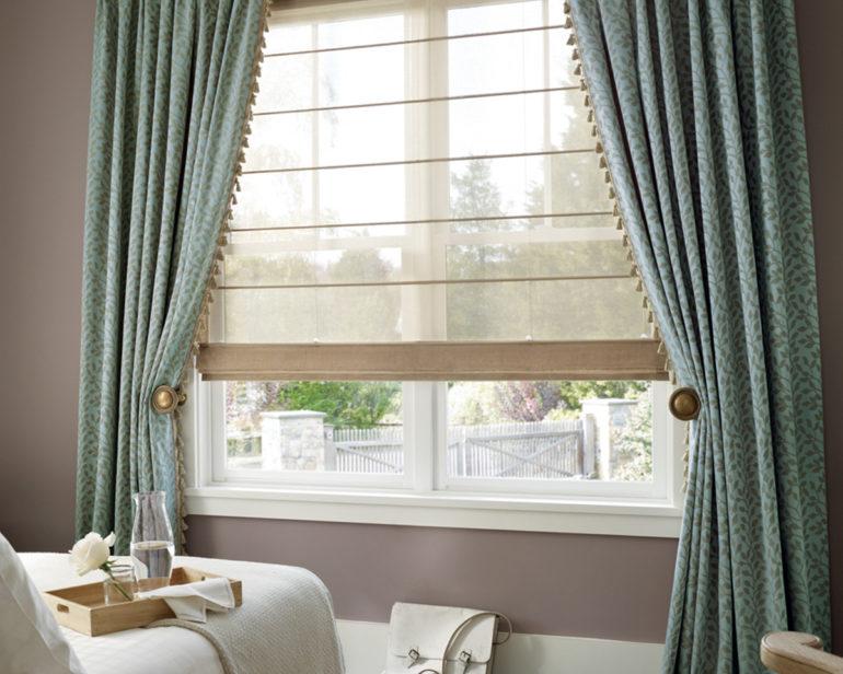 Контрастные цвета двух штор и разная плотность позволит регулировать степень освещенности комнаты в дневные часы, и хорошо защитить помещение от посторонних глаз вечером