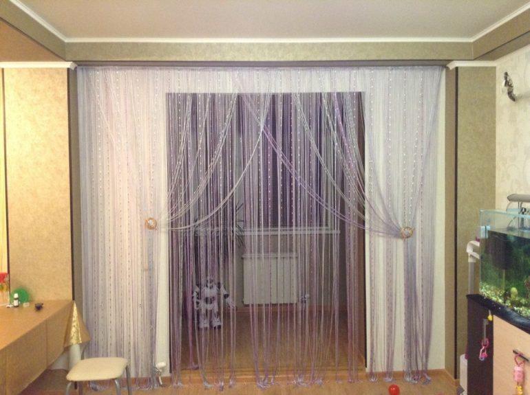 На данном фото кисея одновременно зонирует пространство и украшает дверной проем