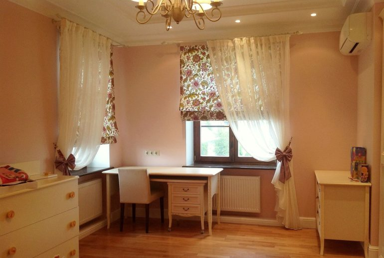 На фото тюль и римские шторы в стиле прованс