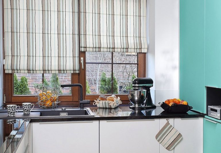 На кухне, где окно над рабочей поверхностью римские шторы особенно удобны