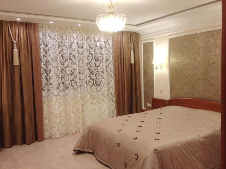 Одновременно легкие и плотные портьеры из софта защитят спальню от раннего солнца