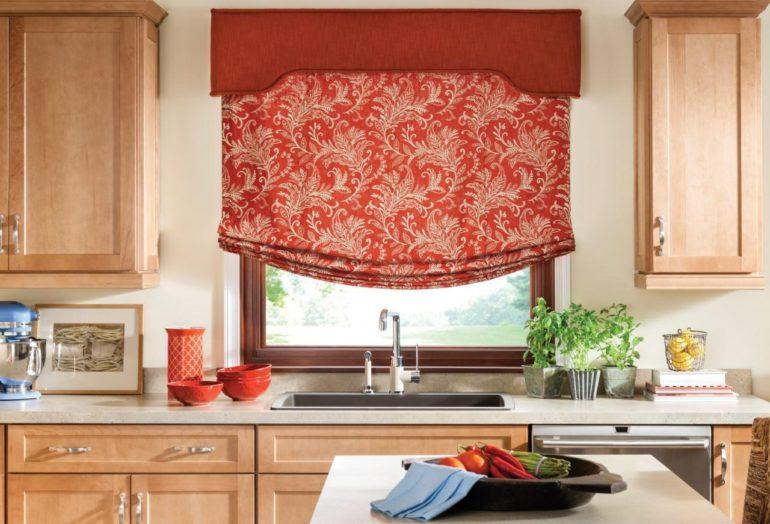Окно над мойкой вовсе не должно быть без штор, римские модели с подъемным механизмом послужат отличной альтернативой пластиковым жалюзи