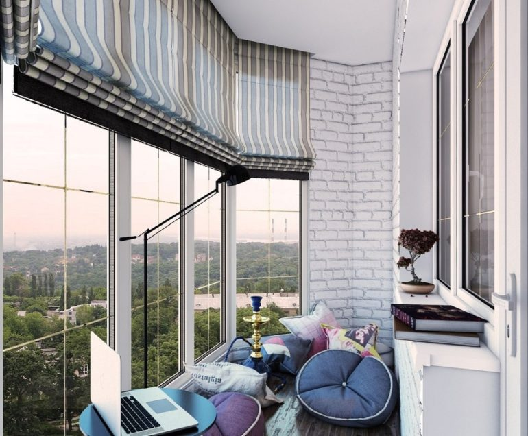 Особенно актуальны шторы на балконе с панорамными окнами