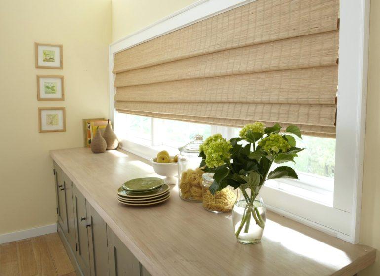 Римские шторы это не только тканное полотно, на фото отличный пример бамбуковых римок для кухни в эко стиле