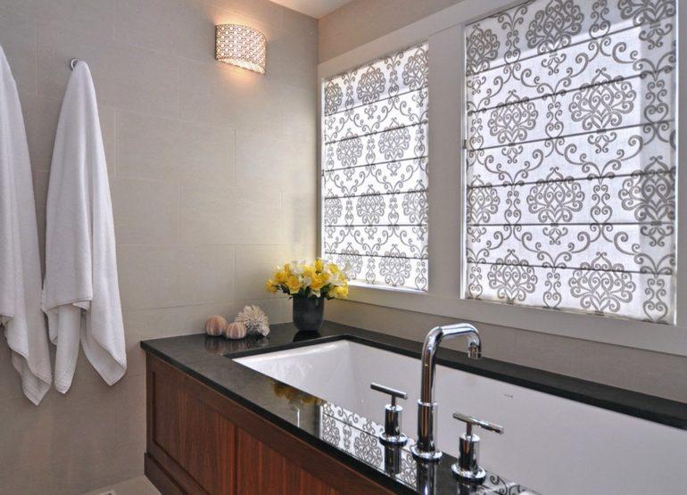 Римские шторы классического кроя так же активно используются в декоре ванной комнаты