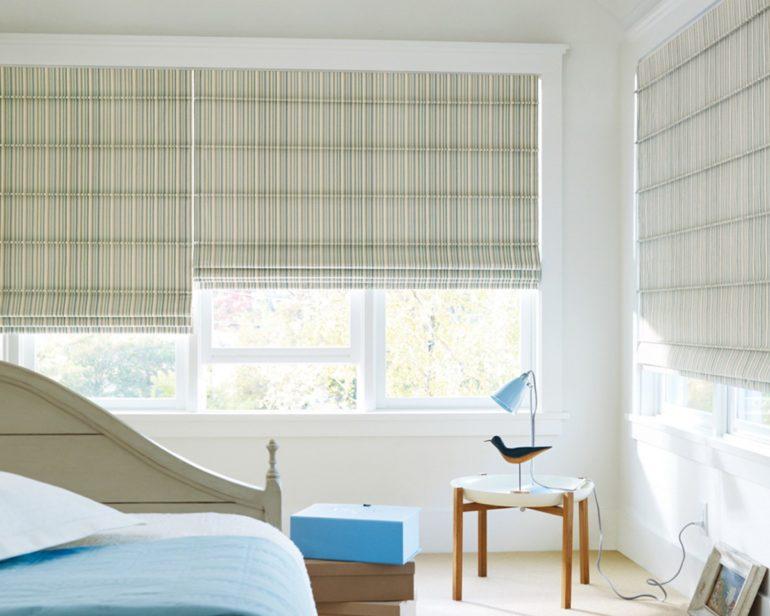 Широкие окна во всю стену стильно украсят римские шторы из хлопка