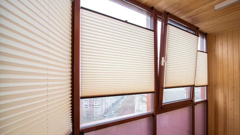 Шторы плиссе, установленные на натянутые струны могут перемещаться по всей оконной раме, что позволяет четко отрегулировать степень освещенности балкона