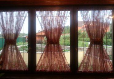 Железные решетки на окнах