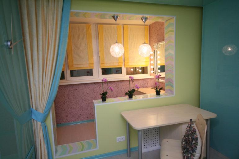 Благодаря соединению балкона с жилой комнатой можно создать двойную атмосферу с помощью шторного оформления