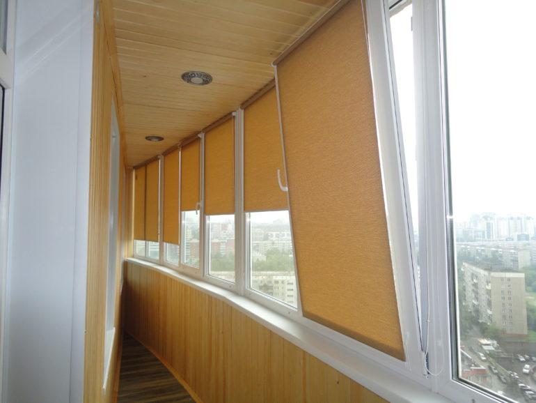 На фото рулонные шторы сливаются в цвете со стенами и потолком, что дает эффект единого пространства