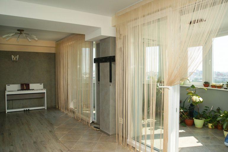 На фото интерьер гостиной в современном минималистичном стиле, где нет ярких красок и вычурных форм и кисея полностью соответствует направлению