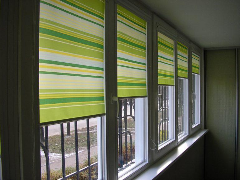 Такие рулонные шторы защитят от жарких лучей балкон и одновременно не сделают его темным  мрачным