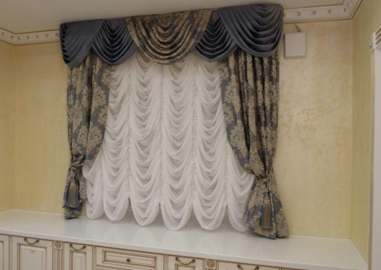 Белая вуаль подойдет для всех типов интерьера и сделает окно нарядным и свежим