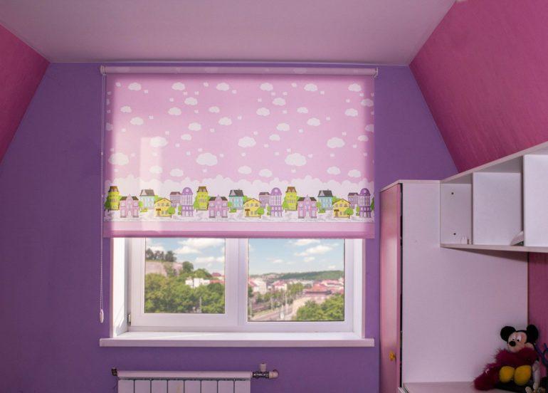 К однотонным стенам подойдут шторы с рисунком