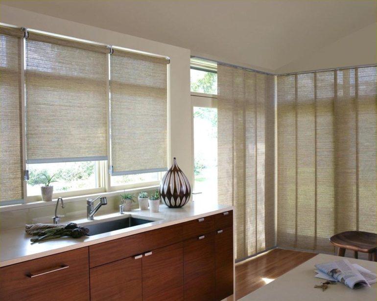 Когда оконо расположена над мойкой или рабочей зоной, рулонные шторы особенно актуальны