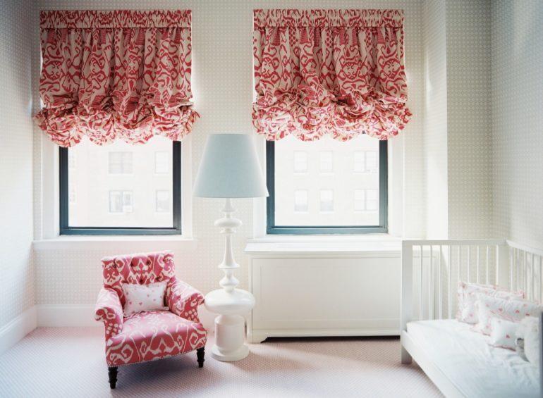Монохромную гамму детской комнаты украсят пестрые французские шторы с пышными складками
