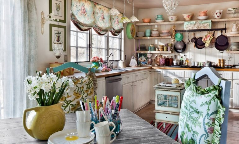 На кухне в стиле кантри часто присутствует много стильных декораций и текстиля