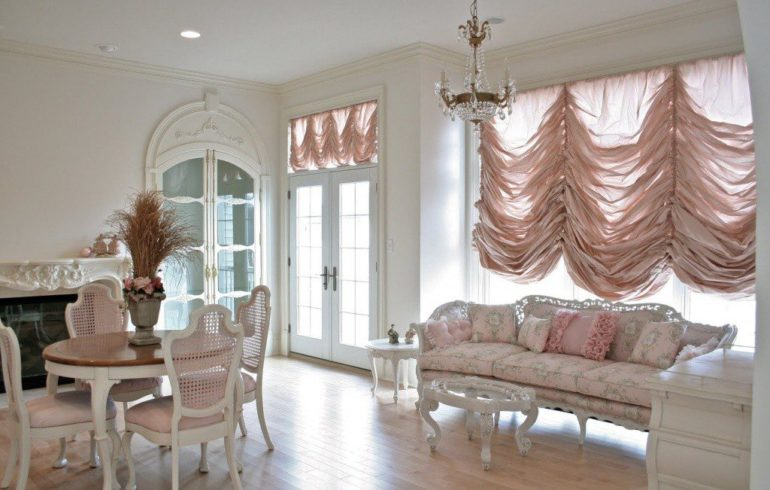 Нежно-розовые оттенки штор наполнят комнату утренней свежестью и романтикой
