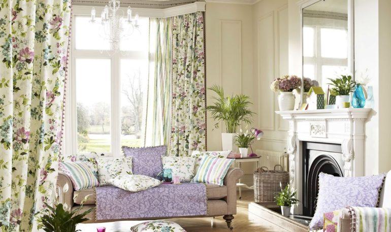 Присутствие комнатных растений в гостиной кантри еще больше наполнит ее духом природы и свежести