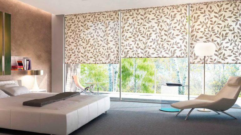 Рулонные шторы способны выгодно подчеркнуть уникальность широких панорамных окон в спальне