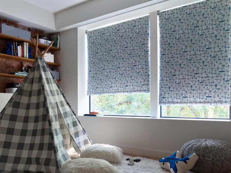 В интерьер детской в скандинавском стиле можно подобрать свои рулонные шторы