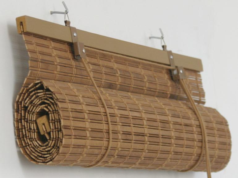 Вот так может выглядеть крепление для бамбуковых рулонных штор