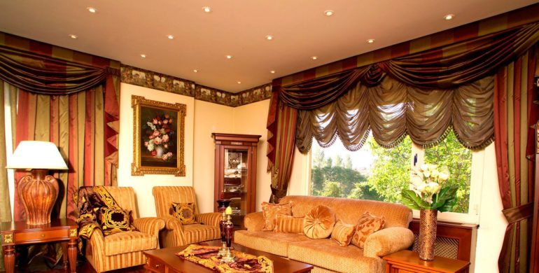 На ряду с французскими шторами можно использовать пышные ламбрекены и дополнительные портьеры из плотной ткани