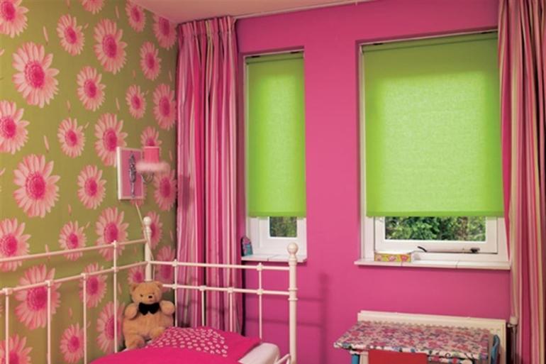 Всегда любимую девочками розовую гамму разбявят контрастные зеленые ролеты